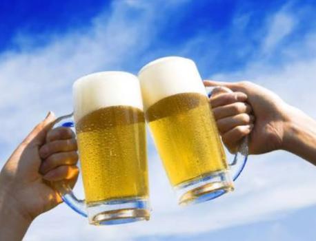 夜風にあたりながら、冷えたビールで乾杯!